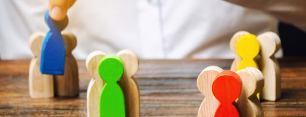 groups-multicolored-wooden-people-businessman_72572-1236